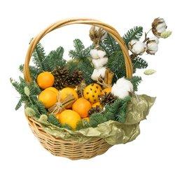 Купить новогоднюю подарочную корзинку с мандаринами, еловыми ветками, хлопком, шишками, корицей и гирляндой в Санкт-Петербурге