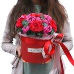 Пионовидные розы Мисти Бабблз и Рэд Пиано с эвкалиптом вшляпной коробке в Санкт-Петербурге