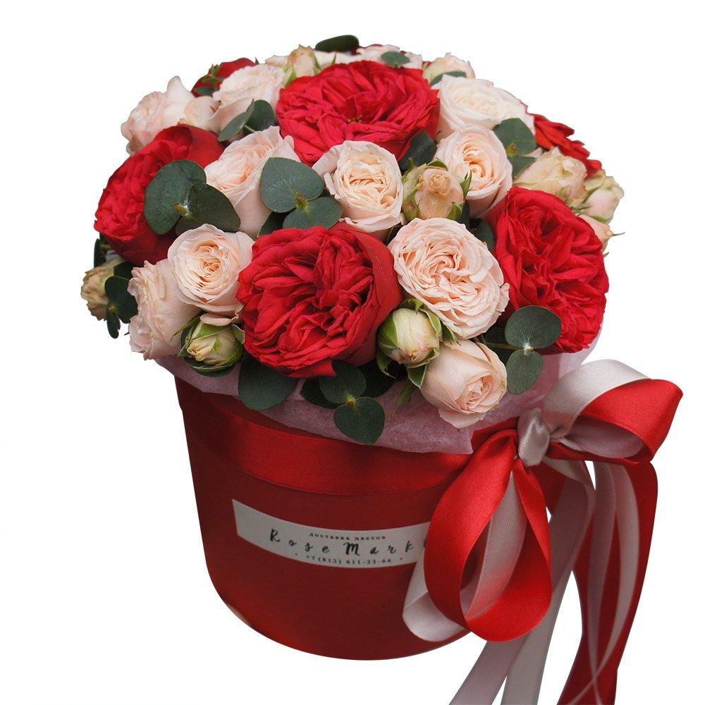 Пионовидные розы Бомбастик и Рэд Пиано с эвкалиптом вшляпной коробке в Санкт-Петербурге
