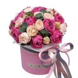 Пионовидные розы Мисти Бабблз и Бомбастик с эвкалиптом вшляпной коробке в Санкт-Петербурге