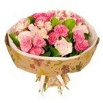 Букет из нежно-розовых розовых и кустовых роз с гирляндой в Санкт-Петербурге