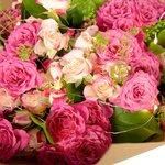 Недорогой букет из нежно-розовых кустовых роз с гирляндой в Санкт-Петербурге