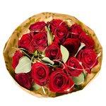 Букет из красных роз и эвкалипта в крафте с гирляндой в Санкт-Петербурге
