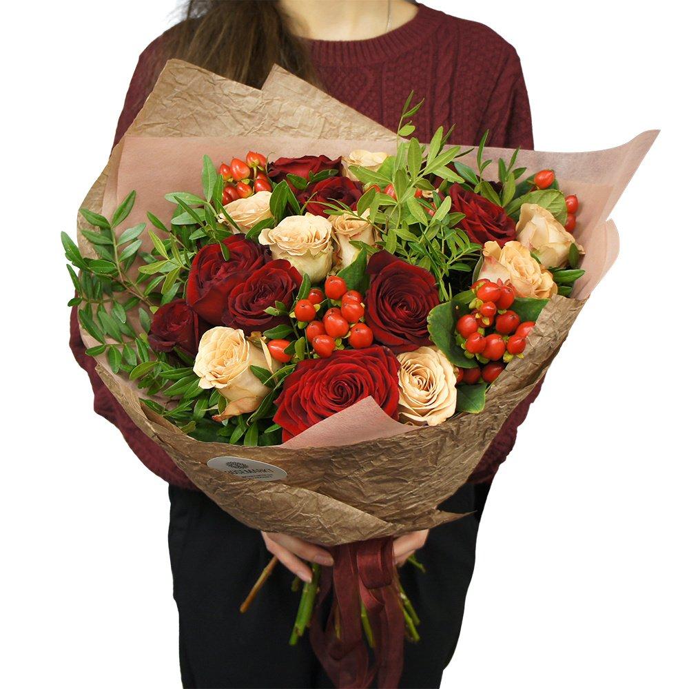 Букет из красных роз и роз Капучино с ягодками гиперикума в упаковке в Санкт-Петербурге