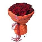 15 красных роз в дизайнерской упаковке с конфетами Рафаэлло в Санкт-Петербурге