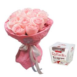 15 розовых роз в дизайнерской упаковке с конфетами Рафаэлло в Санкт-Петербурге