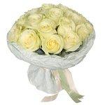 15 белых роз в дизайнерской упаковке с конфетами Рафаэлло в Санкт-Петербурге
