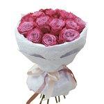 15 фиолетовых роз в дизайнерской упаковке с конфетами Рафаэлло в Санкт-Петербурге