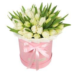 Шляпная коробка с белыми тюльпанами в Санкт-Петербурге