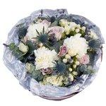 Букет из розы Морнинг Дью, гвоздик, лаванды, ягодок гиперикума и эрингиума в стильной упаковке в Санкт-Петербурге