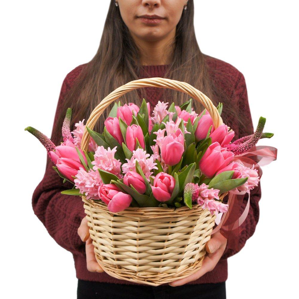 Розовые тюльпаны и гиацинты в корзинке в Санкт-Петербурге