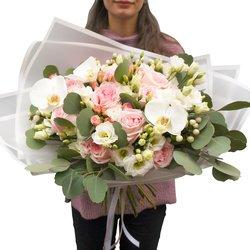 Очаровательный букет ароматнейшей пионовидной розой в Санкт-Петербурге