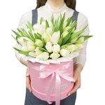 Белые тюльпаны в шляпной коробках в Санкт-Петербурге