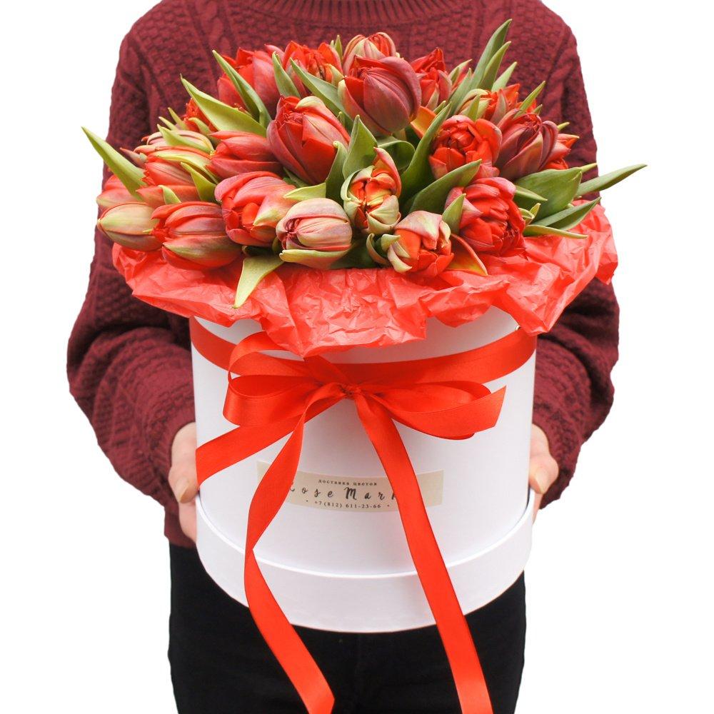 Эдвард: букет красных пионовидных тюльпанов в шляпной коробке