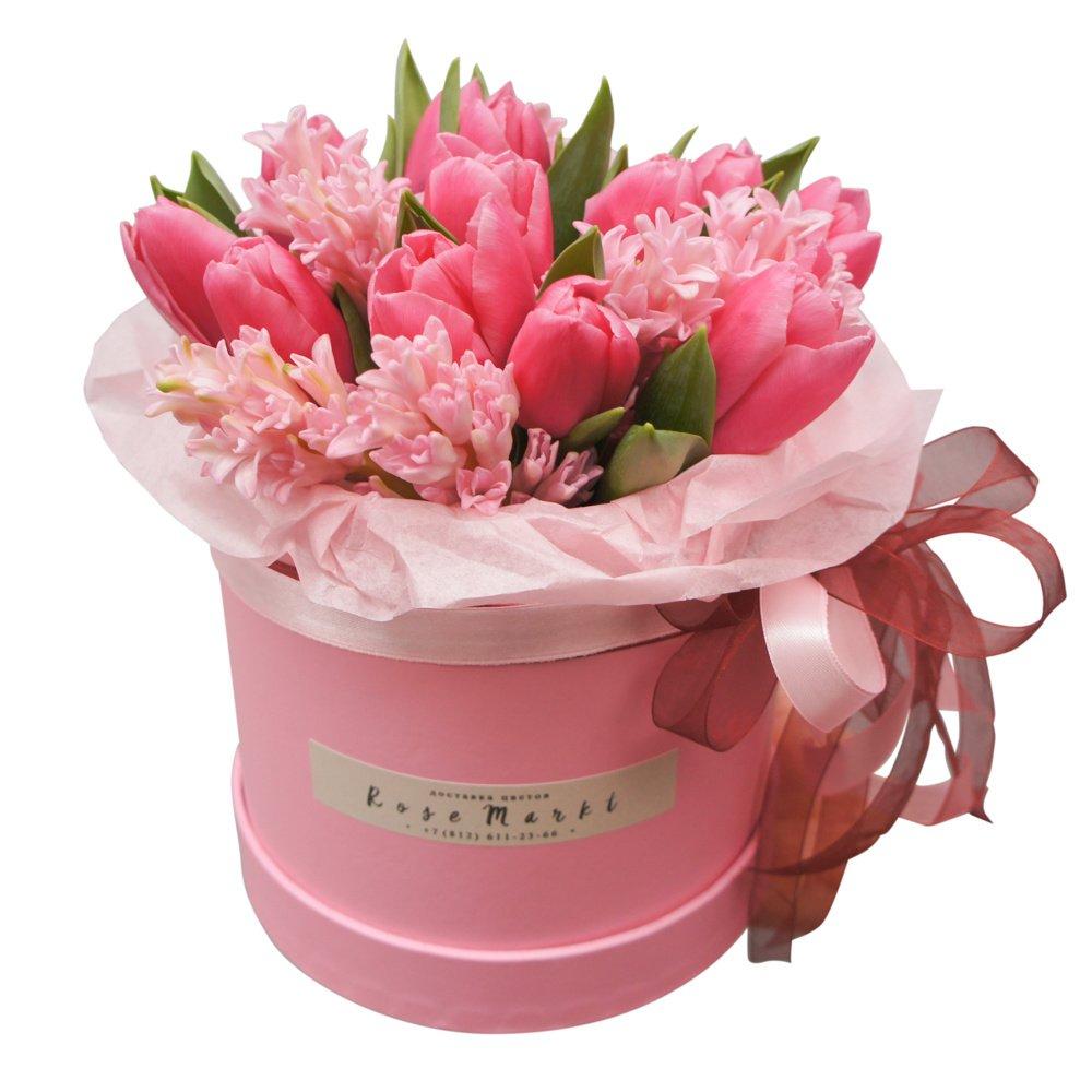 Синди: букет в шляпной коробке с розовыми гиацинтами и тюльпанами