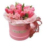 Розовые тюльпаны и гиацинты в шляпной коробке в Санкт-Петербурге