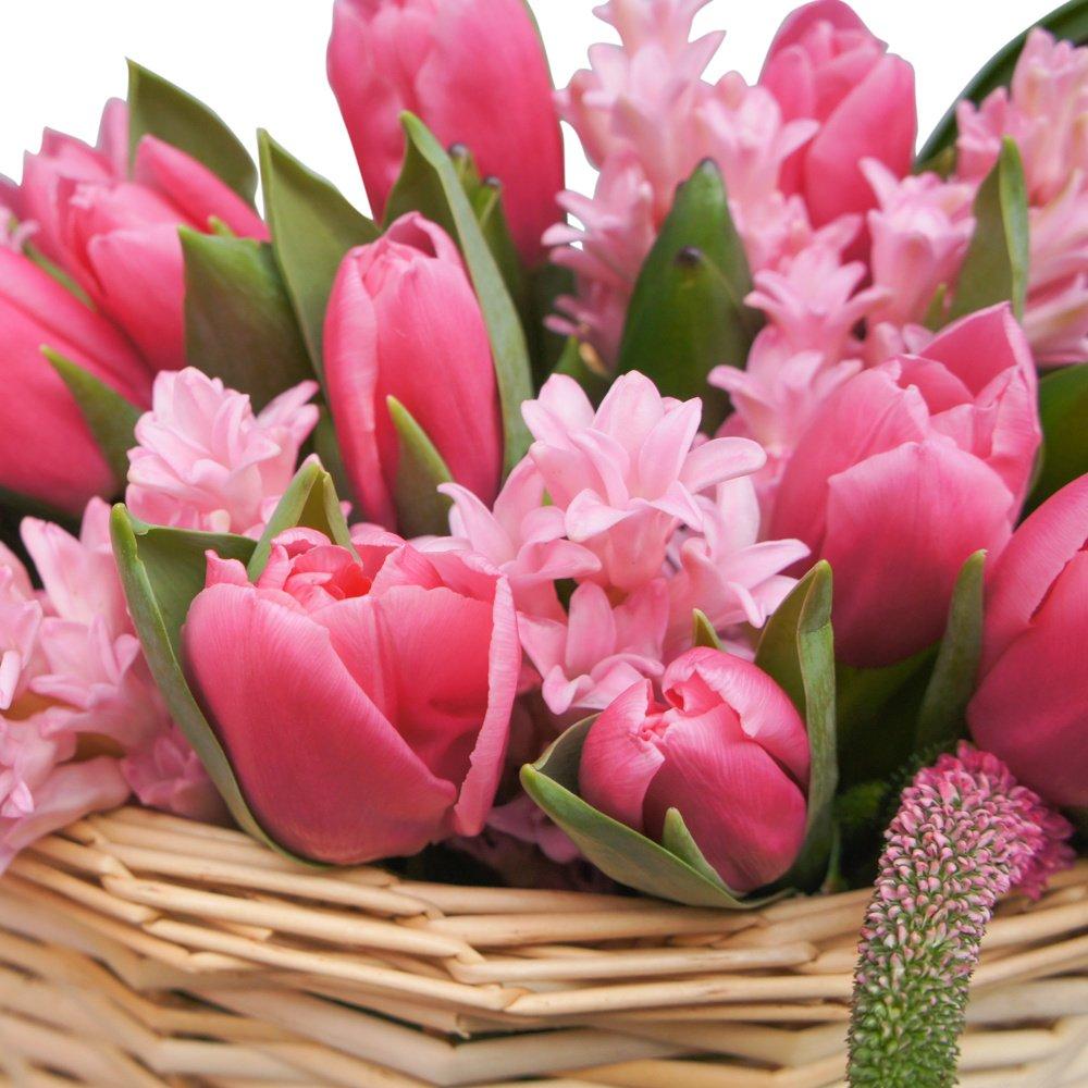 Корзина весенняя макси с розовыми тюльпанами, гиацинтами и вероникой