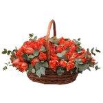 Красные пионовидные тюльпаны с эвкалиптом в корзинке в Санкт-Петербурге