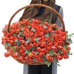 Красные пионовидные тюльпаны с эвкалиптом в корзине в Санкт-Петербурге
