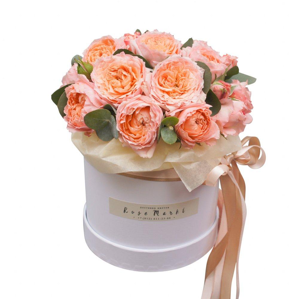Пионовидные кустовые розы Джульетта с эвкалиптом вшляпной коробке в Санкт-Петербурге