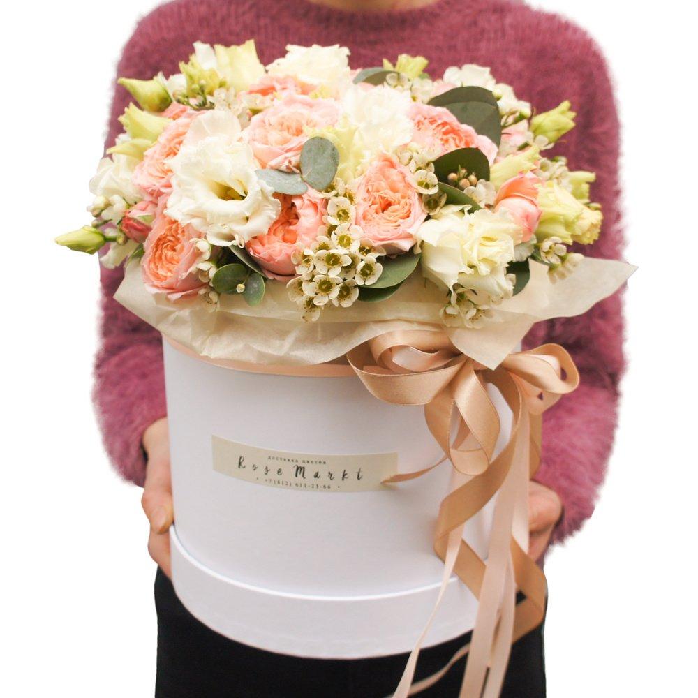 Пионовидные кустовые розы Джульетта, белый лизиантус и ваксфлауэр с эвкалиптом вшляпной коробке в Санкт-Петербурге