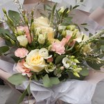 Букет в корейском стиле с розами и лизиантусом в Санкт-Петербурге