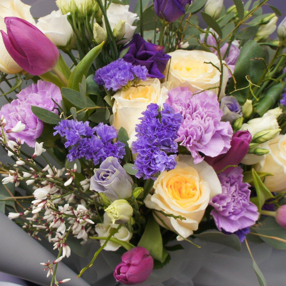 Юна: букет с гвоздиками, розами, фиолетовыми тюльпанами и лизиантусами в корейской упаковке