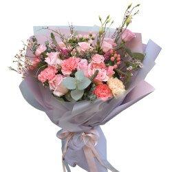 Букет в корейском стиле из розовых роз, розовых гвоздик и ягодок гиперикума в Санкт-Петербурге