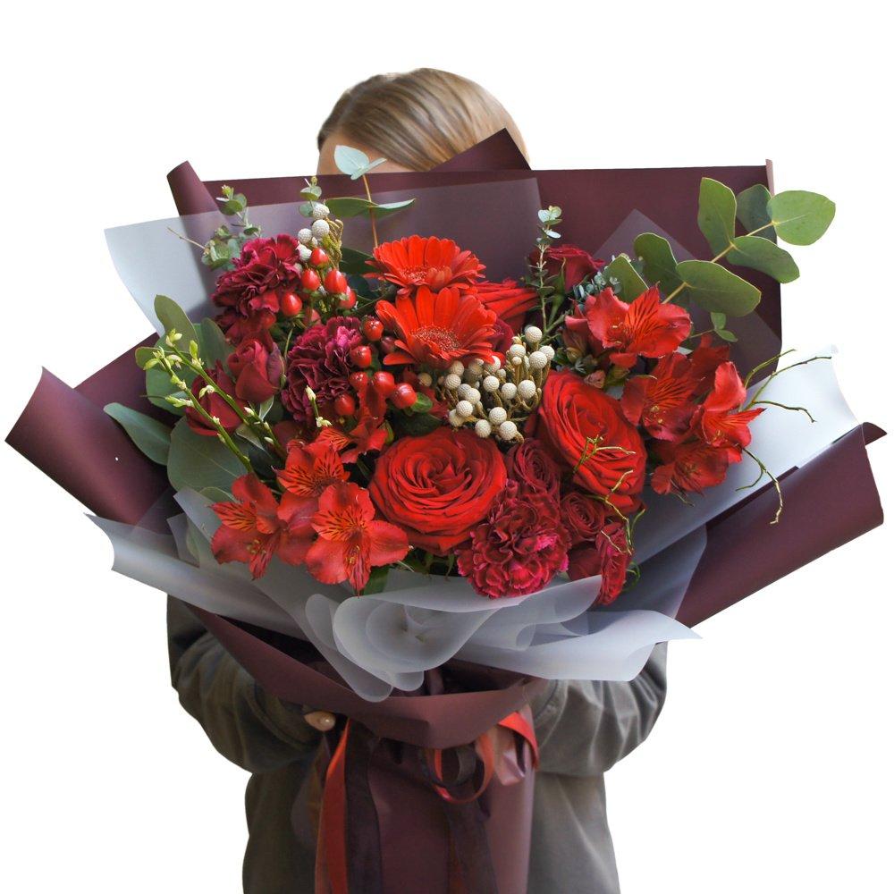 Лин: букет в корейском стиле с красными розами и герберами