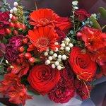 Букет в корейском стиле с красными розами, герберами, ягодками гиперикума и альстромерией в Санкт-Петербурге