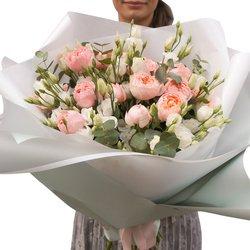 Букет из кустовой пионовидной розы Джульетта, белого лизиантуса с эвкалиптом в красивой упаковке