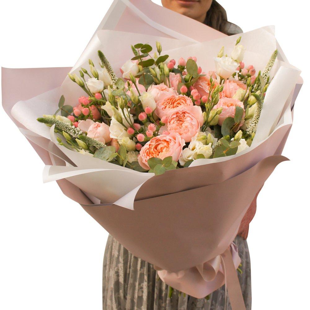 Букет из пионовидной кустовой розы Джульетта, лизиантуса, ягодок гиперикума, вероники и эвкалипта в стильной упаковке в Санкт-Петербурге