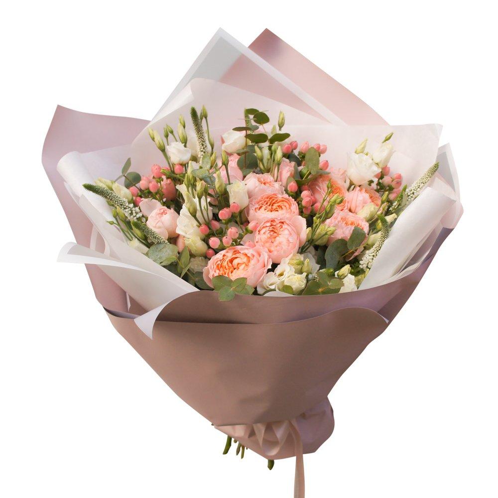 Барокко: кустовая пионовидная роза Джульетта и гиперикум