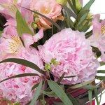 Летняя композиция с пионами в розовой лейке с набором миниатюрных инструментов в Санкт-Петербурге