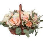 Очаровательная корзина с пионами, розами Капучино и пионовидной розой в Санкт-Петербурге