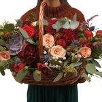 Композиция в корзине ярких глубоких насыщенных оттенков с пионами, суккулентом, и пионовидной розой Рэд Пиано в Санкт-Петербурге