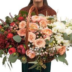 Большая корзинка с пионами и пионовидными розами в стиле омбрэ в Санкт-Петербурге
