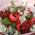 Бордовые пионы с эвкалиптом в стильной упаковке в Санкт-Петербурге