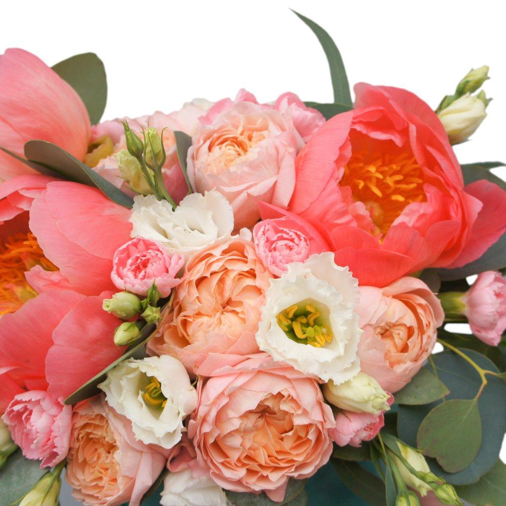 Ренуар: коралловые пионы и пионовидные розы в бархатной шляпной коробке