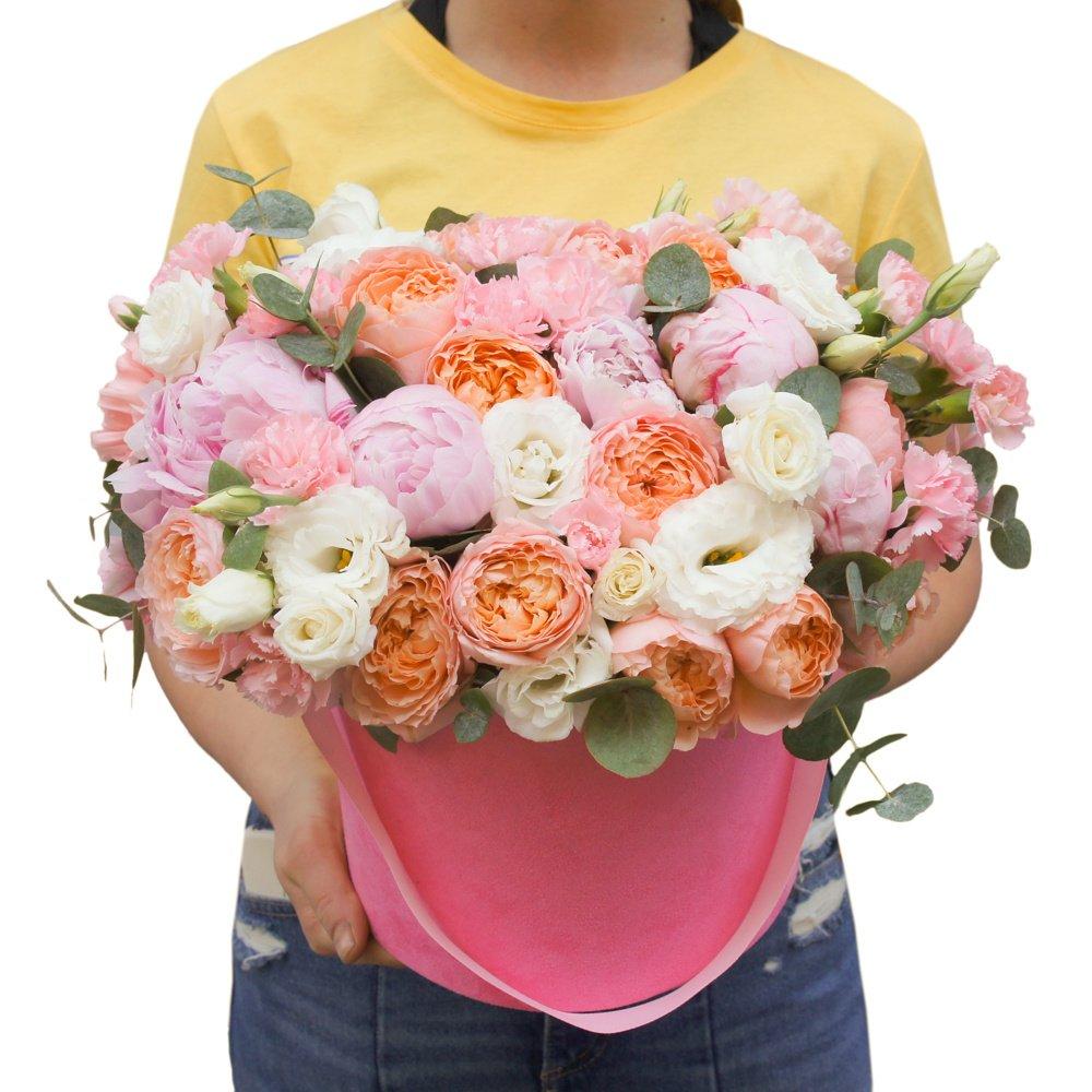 Моне: розовые пионы и пионовидные розы в бархатной шляпной коробке