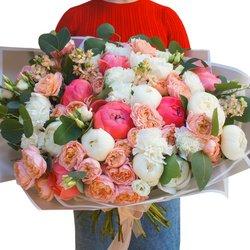 Роскошный букет из белых и коралловых пионов, маттиолы, пионовидной розы и гвоздики в Санкт-Петербурге