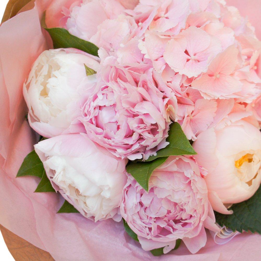 Розовое облако: гортензия и пионы