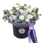 Розы Морнинг Дью и белый лизиантус в шляпной коробке в Санкт-Петербурге