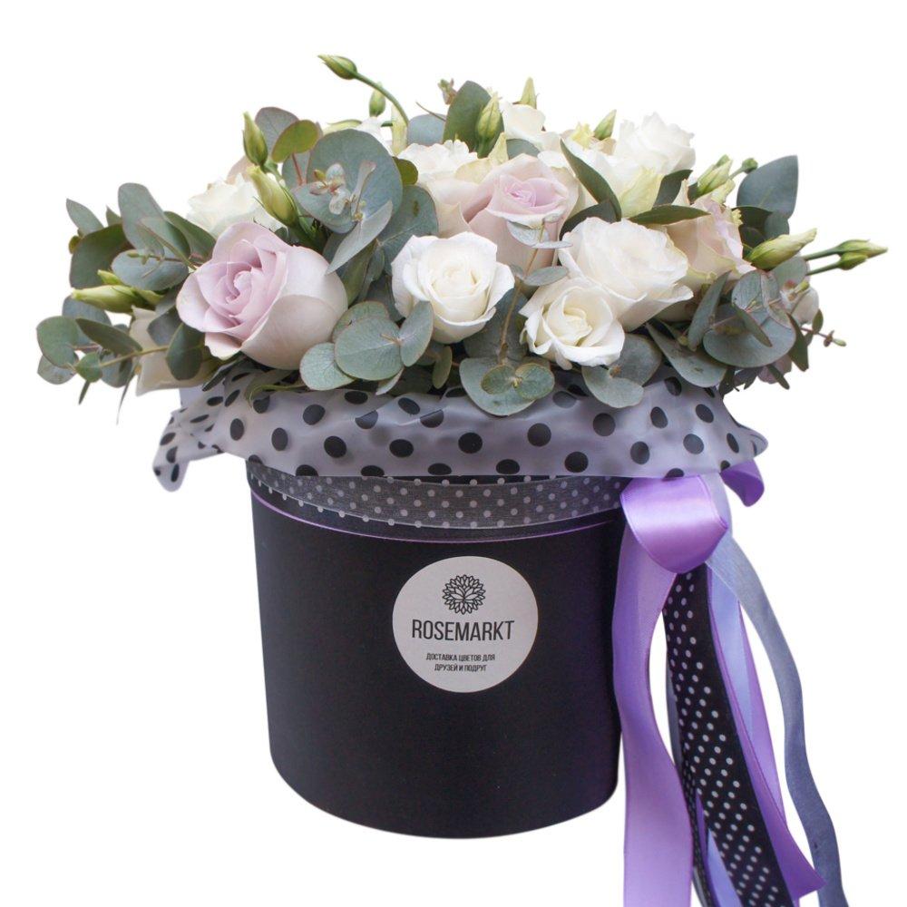 Нелли: розы Морнинг Дью и белый лизиантус в шляпной коробке