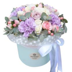 Розы Морнинг Дью, белый лизиантус, лунные гвоздики, ягодки гиперикума, кустовые розовые розы с эвкалиптом в шляпной коробке в Санкт-Петербурге