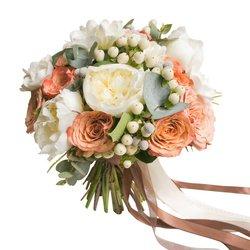Букет невесты классической формы с белыми пионами и розами Капучино в Санкт-Петербурге
