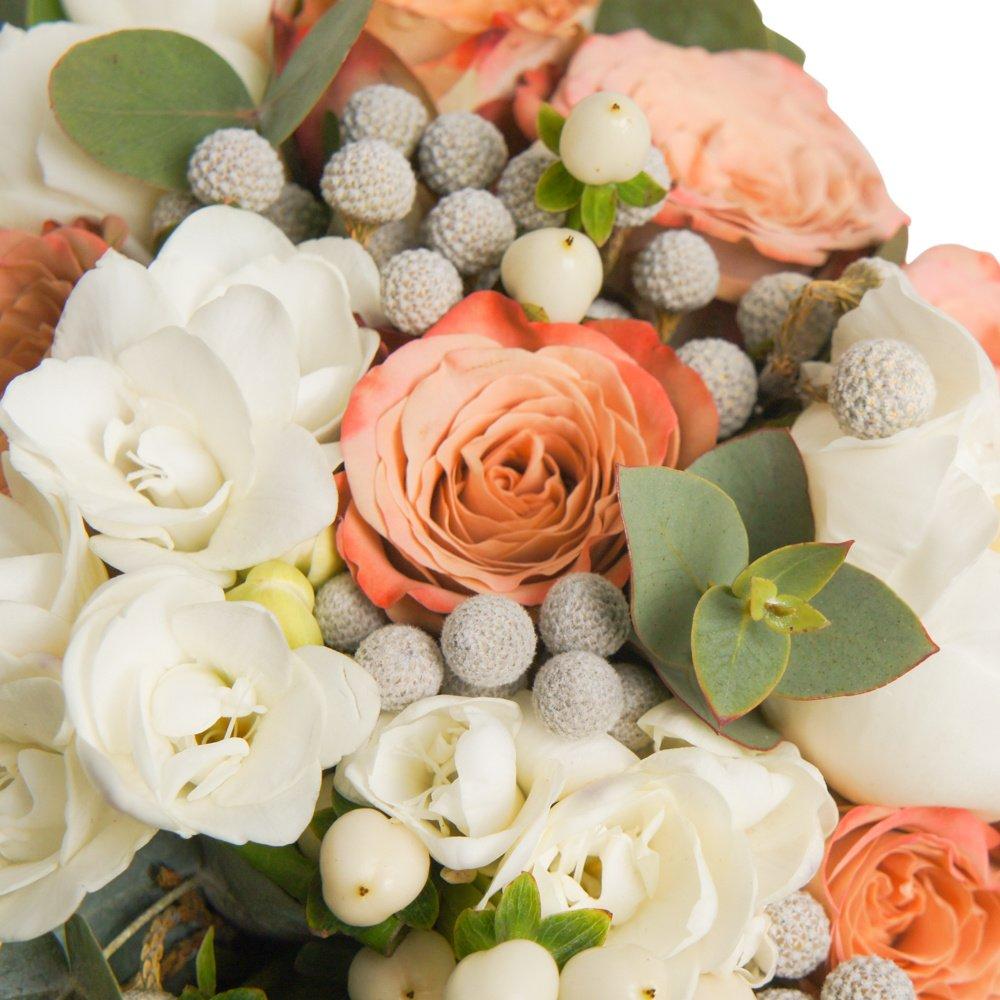 Номер 19: с белыми пионами и розами Капучино