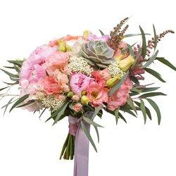 Букет невесты с розовыми пионами, розовой гортензией, лизиантусом и суккулентом в Санкт-Петербурге