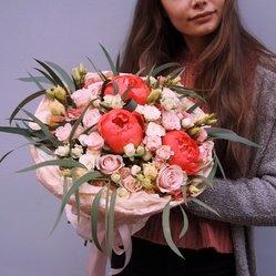 Букет с коралловыми пионами, розовыми и белыми розами в Санкт-Петербурге