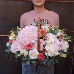 Шикарная корзина с розовой гортензией, белыми и розовыми пионами в Санкт-Петербурге